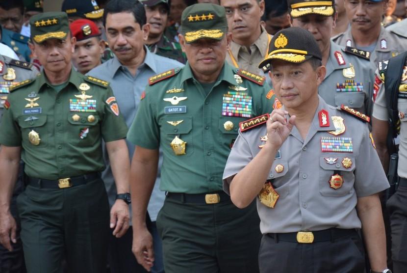 Kapolri Jenderal Tito Karnavian (kanan) bersama Panglima TNI Jenderal Gatot Nurmantyo berjalan meninggalkan kamar jenazah Rumah Sakit Bhayangkara usai melihat langsung dua teroris yang tewas tertembak di Palu, Sulawesi Tengah, Rabu (20/7).