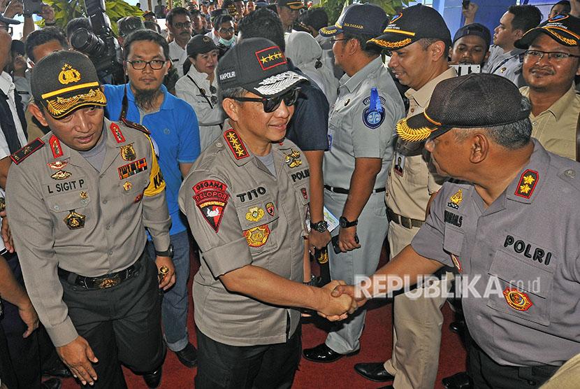 Kapolri Jenderal Tito Karnavian (tengah) didampingi Kapolda Banten Brigjen Sigit Prabowo (kiri) serta rombongan Menko PMK Puan Maharani (tengah) disambut Ketua Tim Pengamanan Pelabuhan Merak AKBP Gunawan (kanan) saat meninjau arus mudik di Pelabuhan Merak, Banten, Senin (11/6).