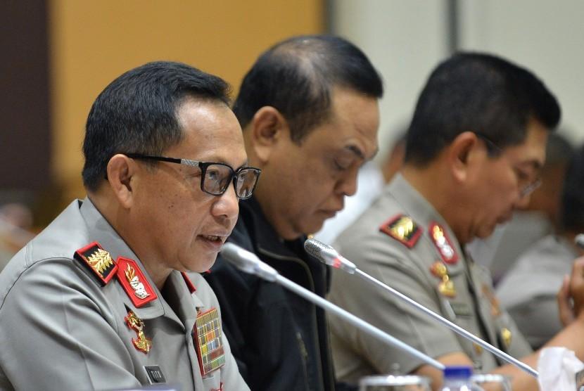 Kapolri Jendral Pol Tito Karnavian (kiri) didampingi Wakapolri Komjen Pol Syafruddin (tengah) dan Kabaharkam Polri Komjen Pol Putut Eko Bayuseno mengikuti rapat dengar pendapat umum (RDPU) dengan Komisi III DPR di Kompleks Parlemen, Senayan, Jakarta, Rabu (12/10).