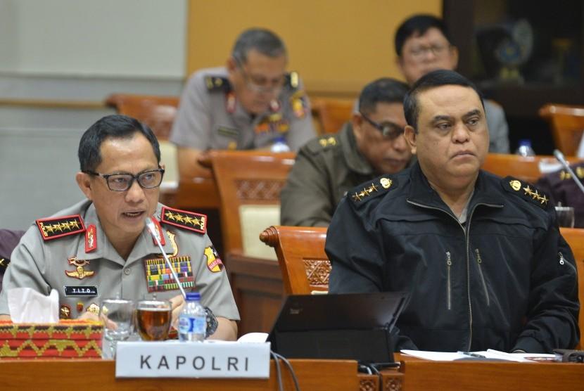 Kapolri Jendral Pol Tito Karnavian (kiri) didampingi Wakapolri Komjen Pol Syafruddin mengikuti rapat dengar pendapat umum (RDPU) dengan Komisi III DPR di Kompleks Parlemen, Senayan, Jakarta, Rabu (12/10).