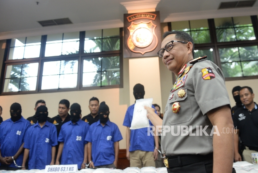 National police chief Tito Karnavian was showing evidenve while exposing drug abuse suspects at National Police Headquarter in Jakarta, Wednesday (8/24). (Republika/ Wihdan)