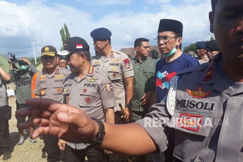 Kapolri Tito Karnavian, Panglima TNI Hadi Tjahjanto, dan Gubernur NTB Zainul Majdi meninjau posko utama di Tanjung, Lombok Utara, NTB, Rabu (8/8).