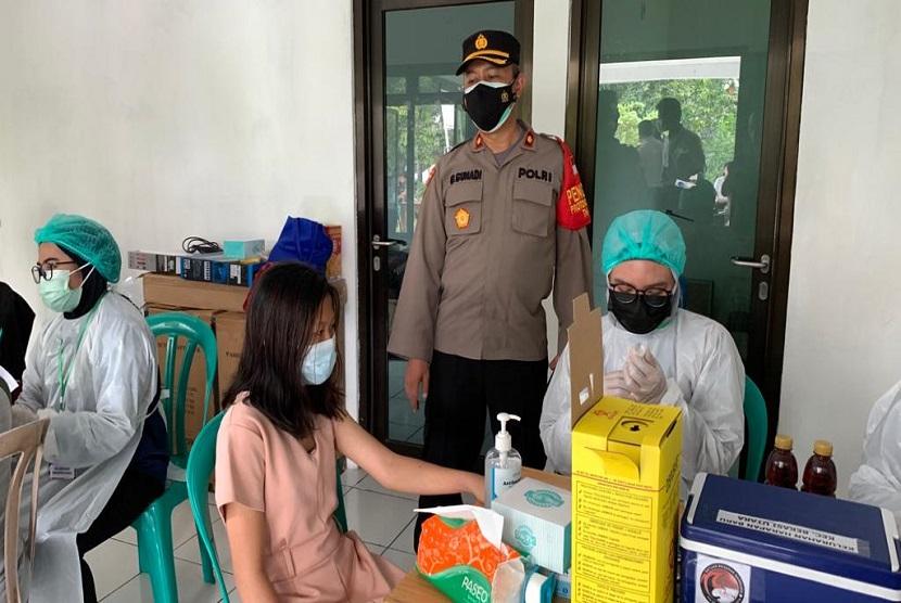 Kapolsek Bekasi Utara Kompol Gungun Gunadi meninjau pelaksanaan program Vaksinasi Merdeka di pendopo RW 11 Perumahan Duta Harapan, Bekasi Utara, Kamis (5/8).