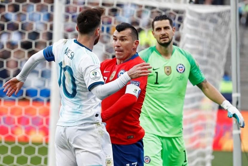 Kapten Argentina Lionel Messi dan pemain Cile Gary Medel saat pertandingan perebutan tempat ketiga Copa America 2019, Ahad (7/7) dini hari WIB.