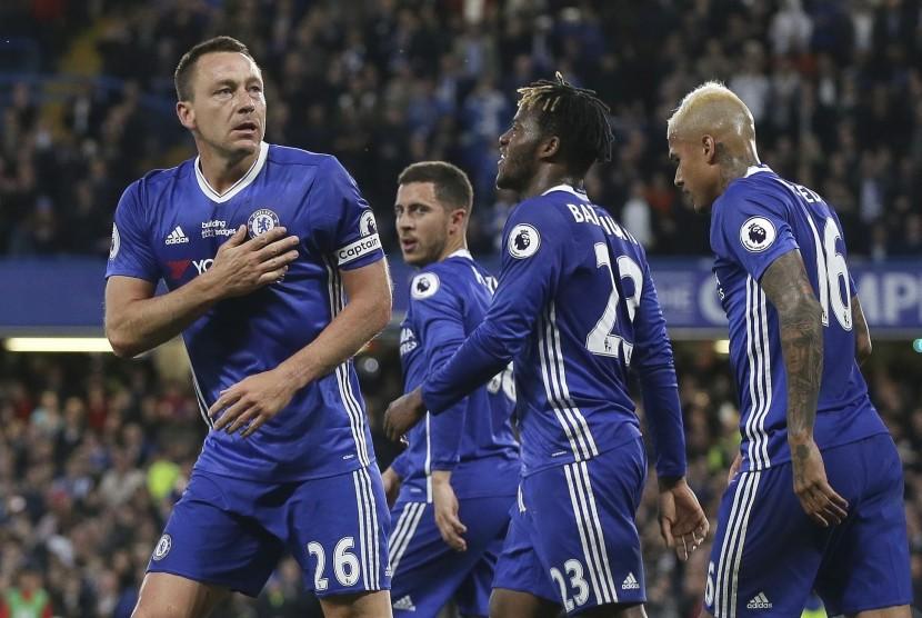 Kapten Chelsea, John Terry (kiri) merayakan gol ke gawang Watford pada laga Liga Primer di Stamford Bridge, Selasa (16/5) dini hari WIB. Chelsea menang 4-3.