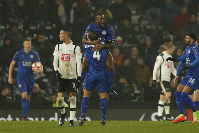 Kapten Leicester City, Wes Morgan (tengah) merayakan golnya ke gawang Derby County bersama Danny Drinkwater pada laga Piala FA di Pride Park, Sabtu (28/1) dini hari WIB. Laga berakhir imbang 2-2.
