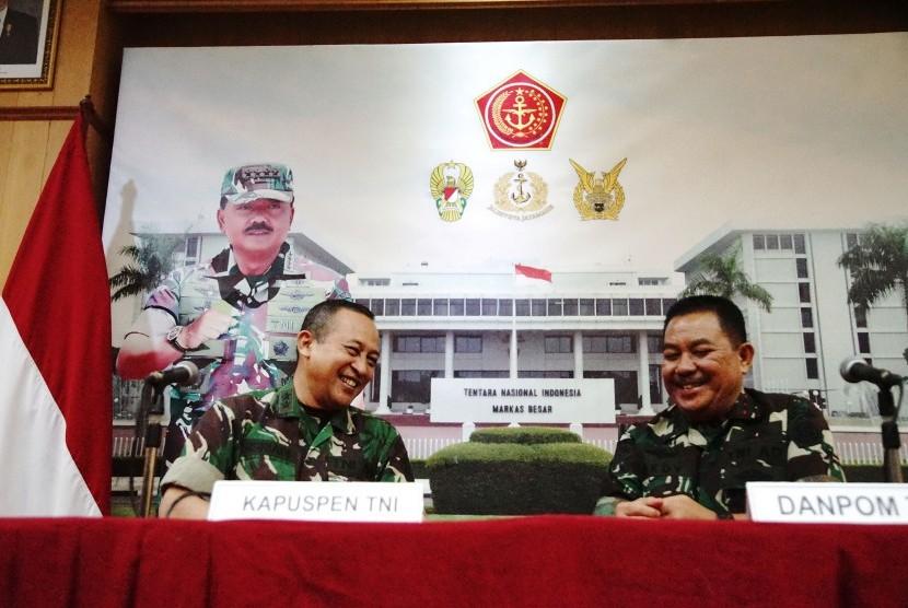 Kapuspen TNI Mayjen Sisriadi (kiri) bersama Danpom TNI Mayjen Dedy Iswanto memberikan keterangan pers di Balai Wartawan Mabes TNI Cilangkap Jakarta, Jumat (22/3/2019).