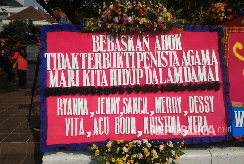 Karangan Bunga Bebaskan Ahok di Balai Kota, Rabu (3/5).