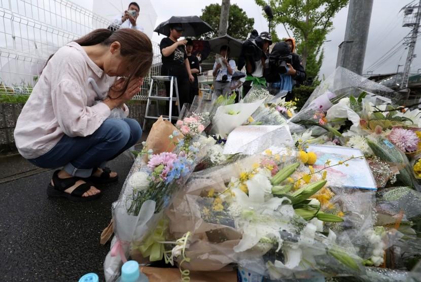Karangan bunga diletakkan sebagai bentuk simpati atas korban terbakarnya studio animasi di Kyoto, Jepang.