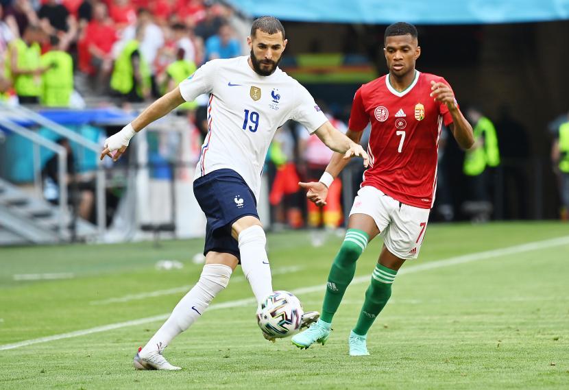 Karim Benzema dari Prancis beraksi melawan Loic Nego dari Hungaria selama pertandingan sepak bola babak penyisihan Grup F UEFA EURO 2020.
