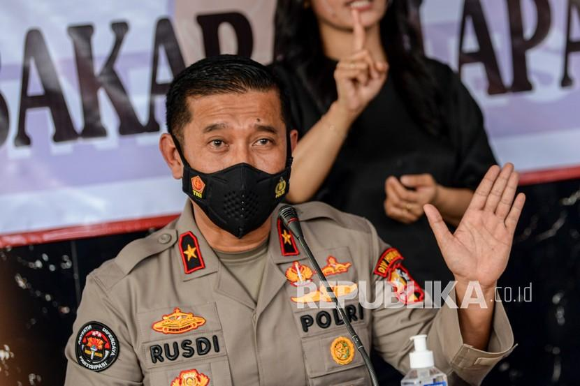 Karo Penmas Divisi Humas Mabes Polri Brigjen Pol Rusdi Hartono memberikan keterangan saat jumpa pers di RS Polri, Kramat Jati, di Jakarta, Kamis (9/9/2021). Tim