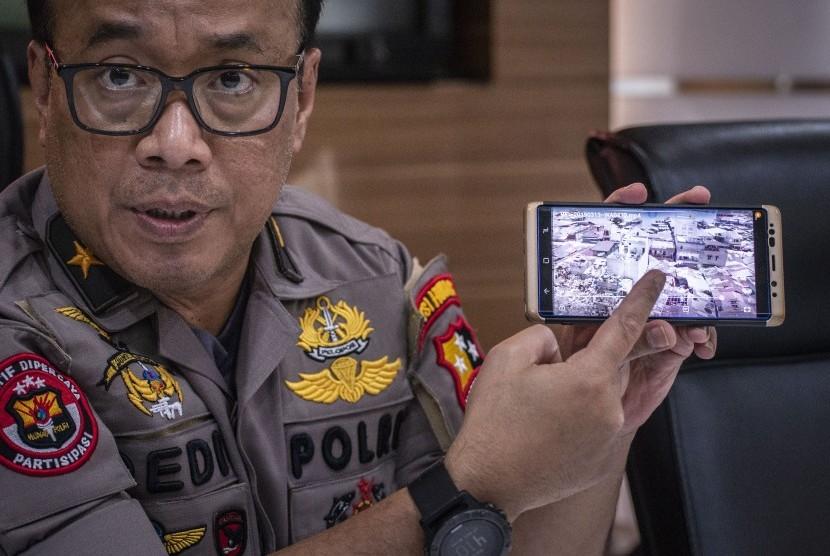 Karopenmas Divisi Humas Polri Brigjen Pol Dedi Prasetyo menunjukkan lokasi dari kasus meledaknya bom di Sibolga, di Mabes Polri, Jakarta, Rabu (13/3/2019).