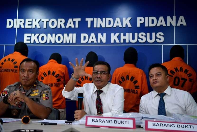 Karopenmas Mabes Polri Brigjen Pol Dedi Prasetyo (kiri) didampingi Wadirtipideksus Bareskrim Polri Kombes Pol Daniel Tahi Monang Silitonga (tengah) dan Kanit Subdit Perbankan Dittipideksus AKBP Vanda Rizano (kanan) memberikan keterangan saat rilis kasus kejahatan di kantor Bareskrim Polri, Jakarta, Senin (24/9). Direktorat Tindak Pidana Ekonomi dan Khusus Bareskrim Polri berhasil membongkar kasus penipuan terhadap 14 bank oleh perusahaan pembiayaan PT Sunprima Nusantara Pembiayaan (SNP) Finance dengan kerugian ditaksir mencapai Rp14 Triliun. Polisi menangkap lima orang tersangka dari kasus tersebut.