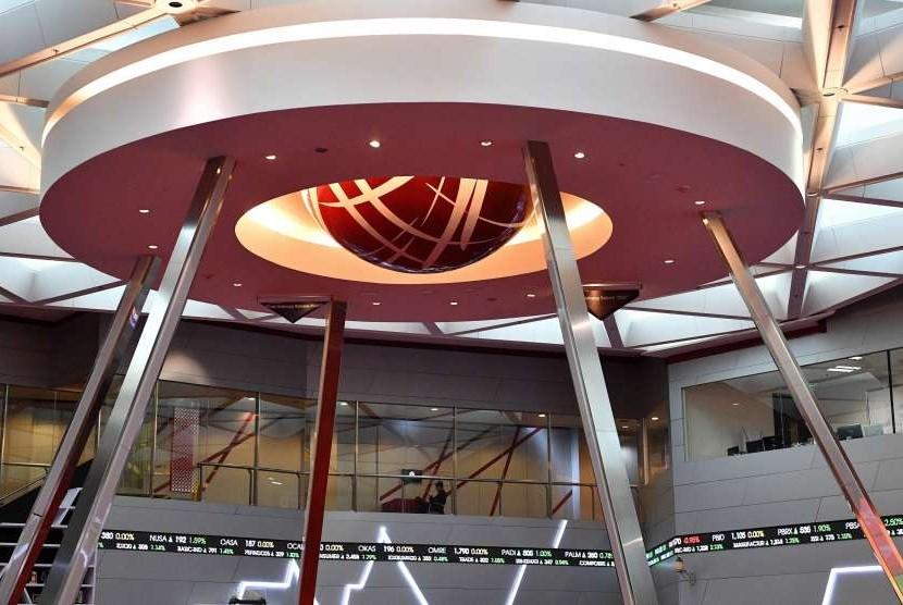 Karyawan beraktivitas di Bursa Efek Indonesia (BEI), Jakarta. Secara year to date, IHSG terkoreksi sebesar 6,3 persen.