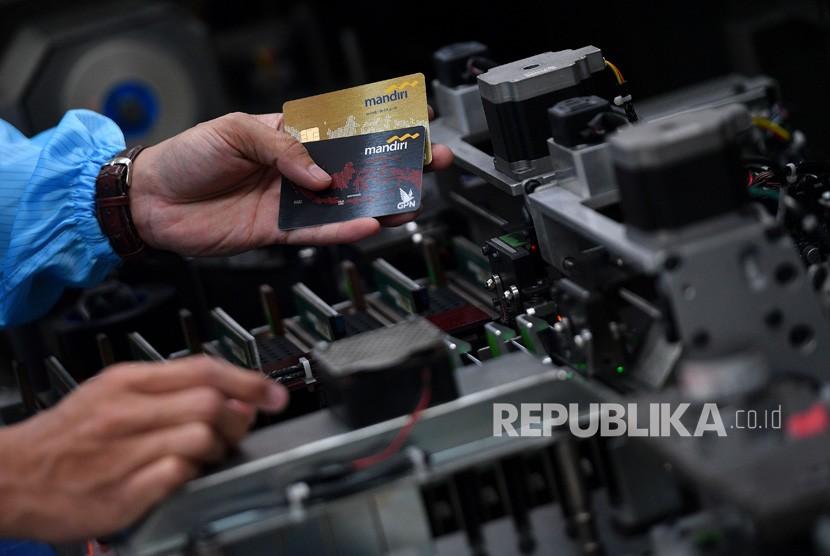 Karyawan melakukan proses pencetakan kartu debit berlogo gerbang pembayaran nasional (GPN) di unit produksi kartu Bank Mandiri, Jakarta, Selasa (17/7).