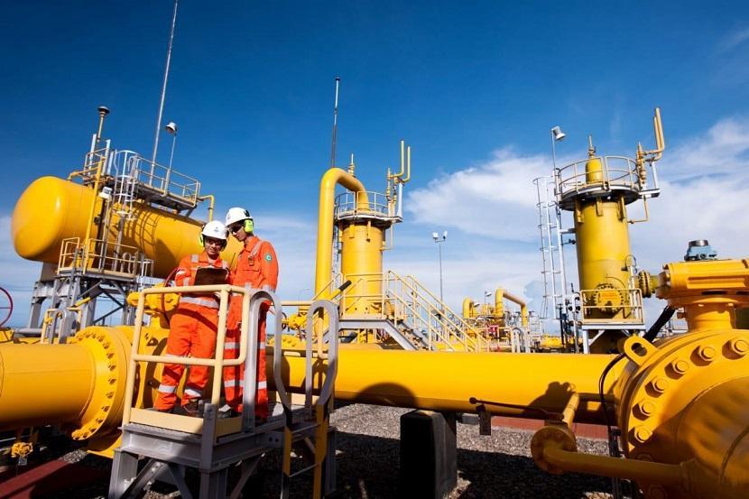 Karyawan memeriksa jaringan pipa gas milik PGN.