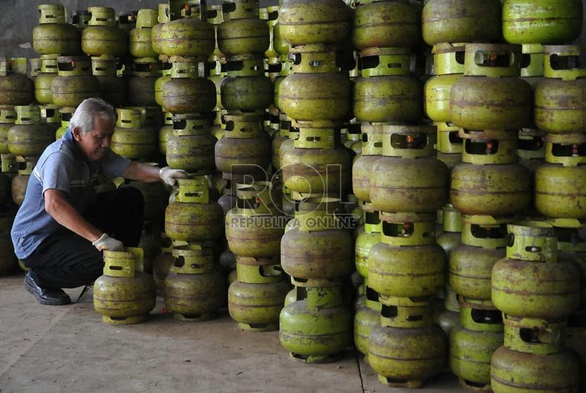 Karyawan menata elpiji kemasan 3 kilogram di salah satu agen pemasok di Jakarta, Senin (15/9). (Republika/Prayogi)
