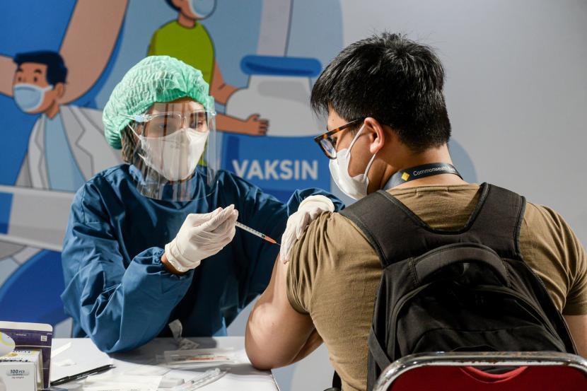 Karyawan mengikuti vaksinasi massal di Sentra Vaksinasi Gotong Royong (ilustrasi)