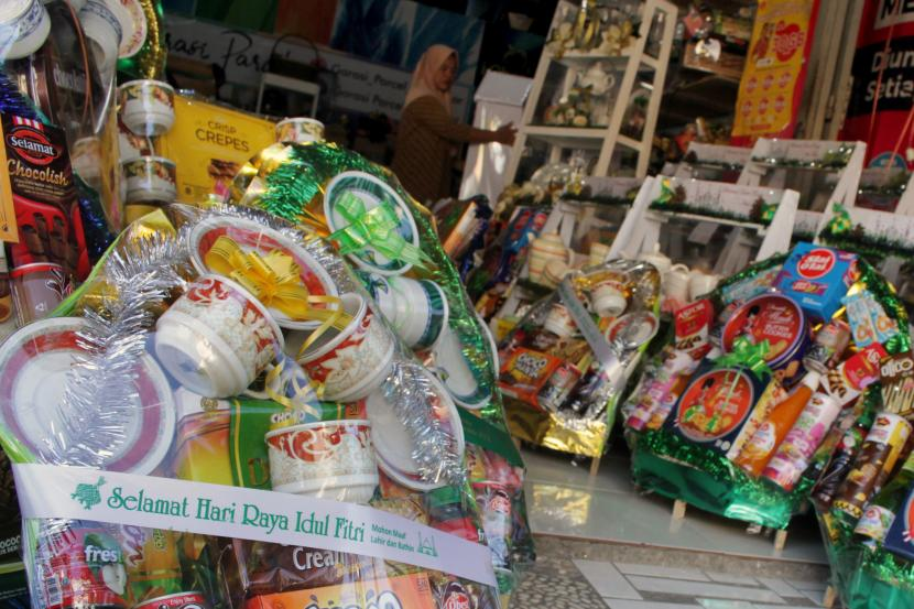 Karyawan menyusun parsel yang dijual di salah satu toko di Makassar, Sulawesi Selatan, Jumat (30/4/2021).