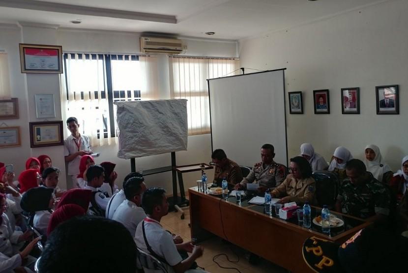 Karyawan RSUD Kota Bandung sedang bernegosiasi dengan pihak manajemen RSUD.