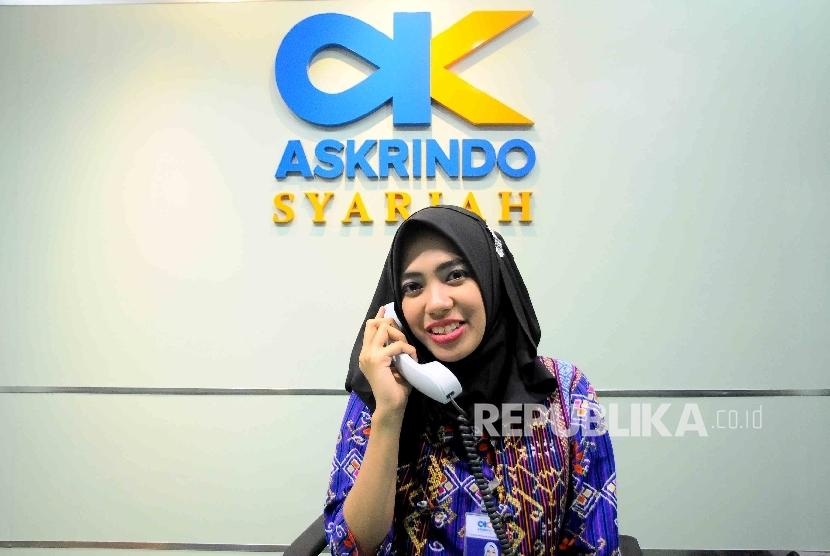 Karyawati menggunakan telepon melayani nasabah di Kantor Jaminan Pembiayaan Askrindo Syariah, Jakarta. (ilustrasi)