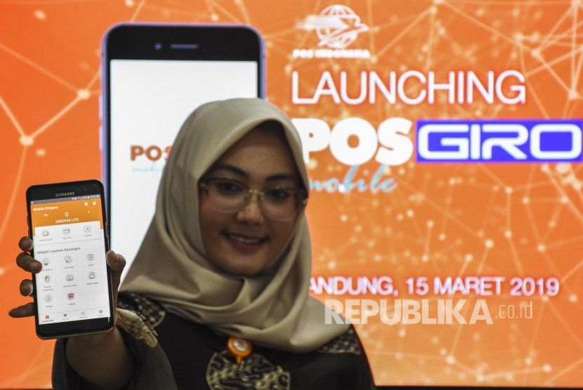 Karyawati PT Pos Indonesia menunjukkan aplikasi POSGIRO Mobile usai peluncuran POSGIRO Mobile di Kantor PT Pos Indonesia, Jalan Asia Afrika, Kota Bandung, Jumat (15/3).