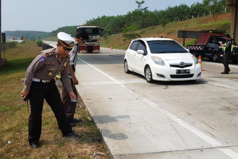 Kasat Lantas Polres Purwakarta AKP Rizky Adi Saputro, saat melakukan evakuasi dan olah TKP pascakecelakaan yang melibatkan tiga kendaraan di ruas Tol Cipali KM 76.400 jalur B, Kecamatan Campaka, Kabupaten Purwakarta, Sabtu (21/7).