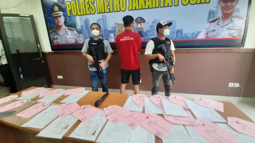 Kasat Reskrim Polres Metro Jakarta Pusat (Jakpus) AKBP Burhanuddin memberikan penjelasan kepada wartawan terkait kasus pemalsuan surat hasil rapid test antibody dan rapid antigen di Mapolres Jakpus, Rabu (13/1).