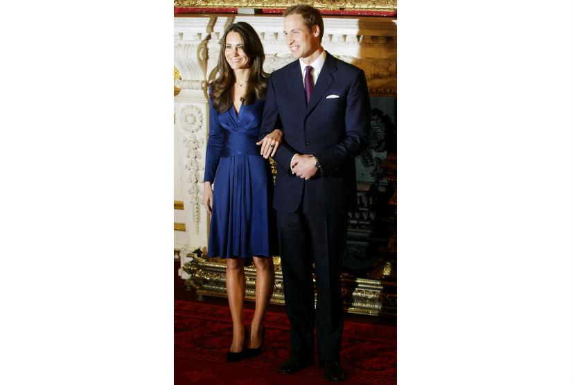 Kate bertunangan dengan Pangeran William pada 2010. Ketika itu Kate menggunakan busana berlabel Issa.