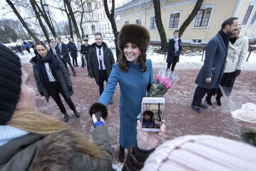 Kate Middleton bermantel hijau toska saat kunjungannya ke Oslo, Norwegia.