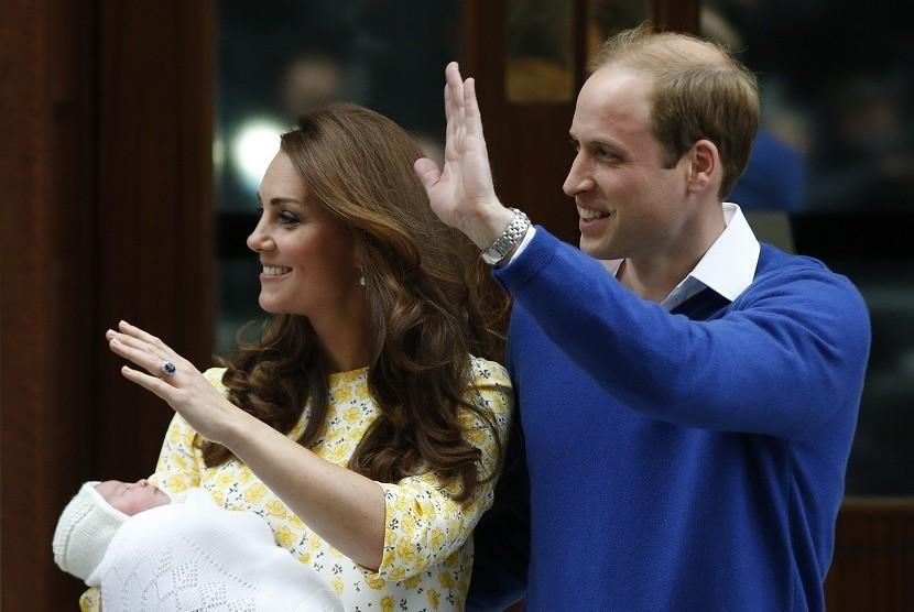 Kate Middleton (kiri) dan Pangeran William (kanan) saat meninggalkan rumah sakit St Mary's usai kelahiran anak kedua mereka