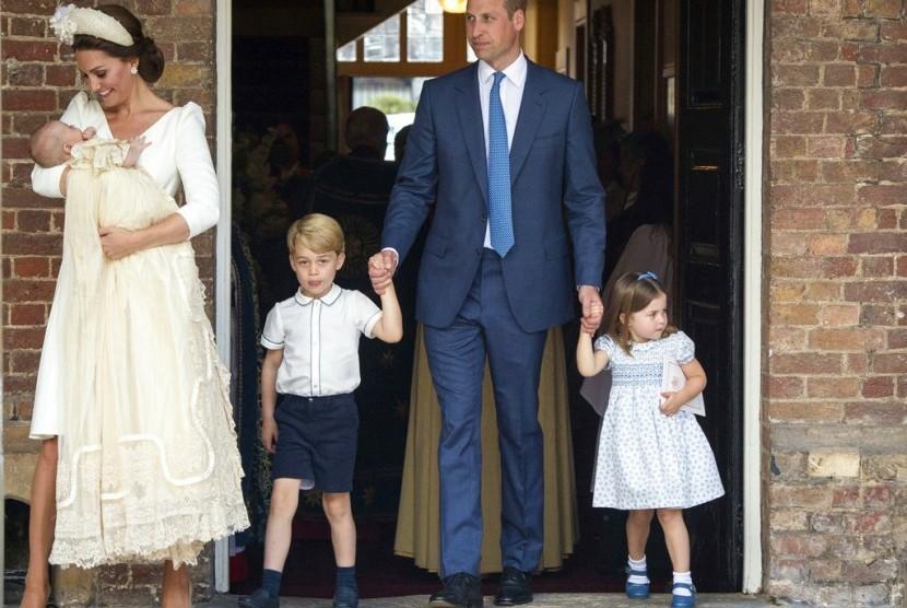 Kate Middleton menggendong Pangeran Louis, bersama Pangeran William yang menggandeng Putri Charlotte dan Pangeran George.