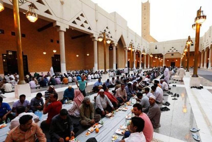 Kaum Muslim menunggu saat berbuka puasa di Masjid Sultan Turki bin Abdullah di Riyadh, Arab Saudi.