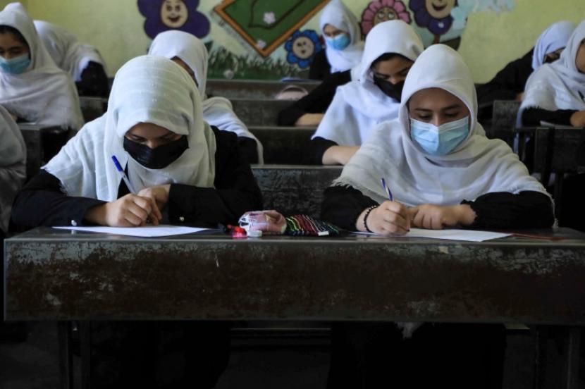 Kaum perempuan mulai bersekolah lagi di Kabul usai Taliban berkuasa di Afghansitan.