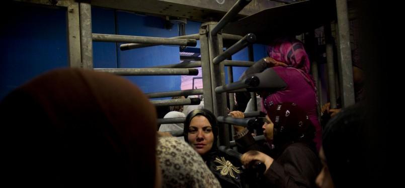 Kaum perempuan Palestina susah berdesak-desakan melewati pos penjagaan Israel guna shalat di Masjid Al Aqsha