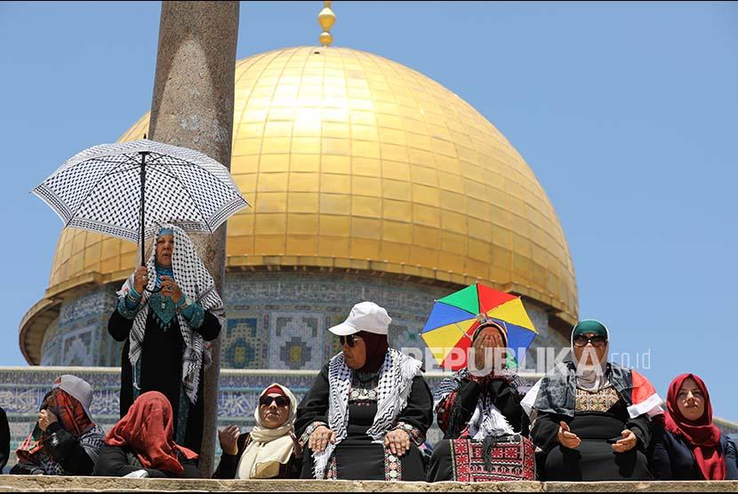 Kaum Wanita Palestina ikut shalat berjamaah di kompleks Masjidl Aqsa
