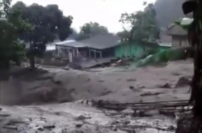 Kawasan Gunung Mas Puncak dilanda banjir bandang.