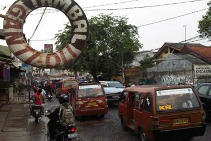 Kawasan Jalan Raya Pondok Gede, Bekasi, Senin,10/10 yang setiap hari pada jam-jam aktifitas tampak macet parah akibat kondisi jalan tidak baik serta volume kendaraan yang meningkat. (Republika Online/Fafa)