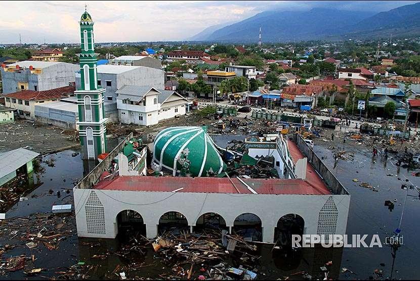 Kawasan Masjid Baiturrahman pascagempa dan tsunami di daerah Taman Ria, Palu, Sulawesi Tengah, Senin (1/10).