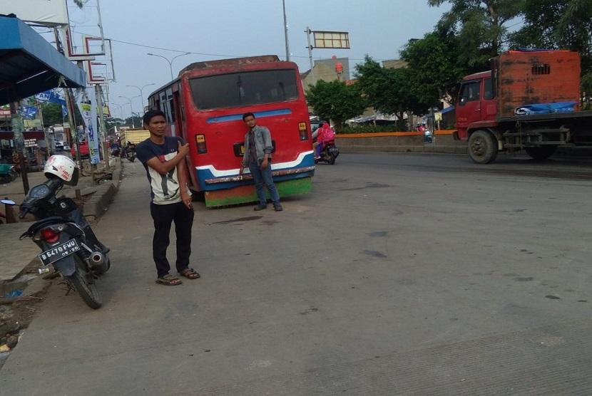 Kawasan Sentra Grosir Cikarang di Jalan RE Martadinata, Kabupaten Bekasi dan sekitarnya terlihat sangat semrawut dengan keberadaan angkutan umum dan bus antar kota. Kawasan inipun menjadi kawasan yang sering mengalami kemacetan.