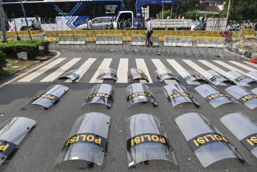 Kawat berduri memblokade jalan ke arah gedung KPU di Jalan Imam Bonjol, Jakarta, Selasa (21/5/2019).