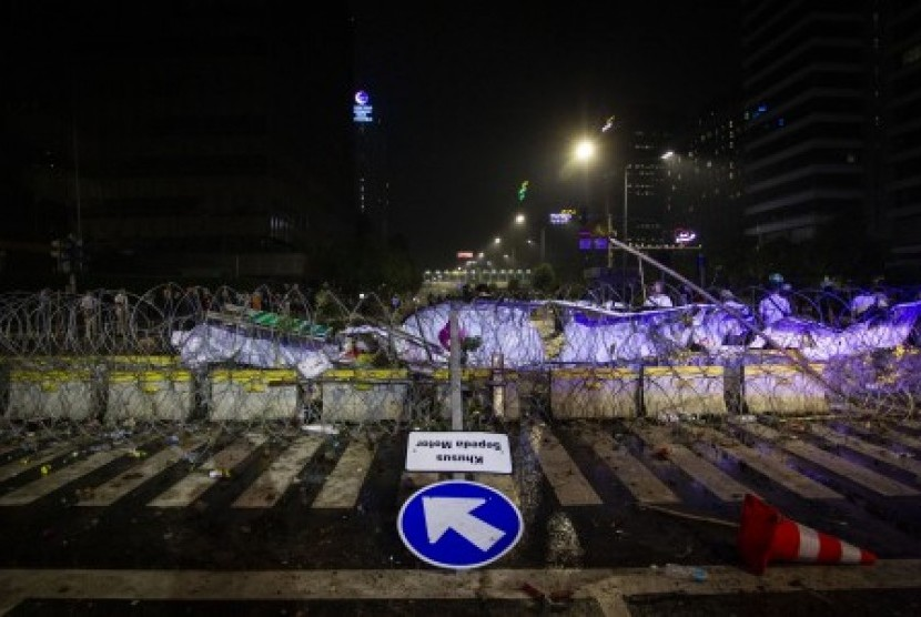 Kawat berduri memblokade Jalan MH Thamrin di depan kantor Bawaslu saat berlangsungnya Aksi 22 Mei, Jakarta, Rabu (22/5/2019).