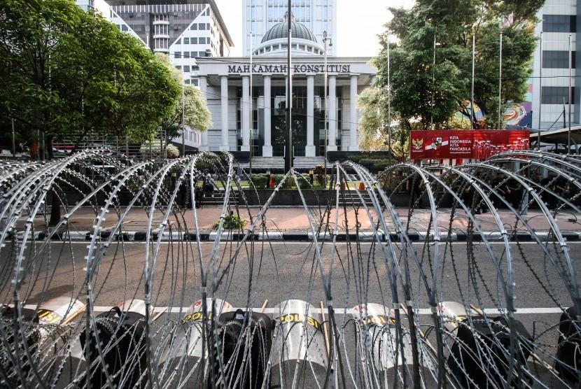 Kawat berduri terpasang di depan Gedung Mahkamah Konstitusi, Jakarta, Selasa (11/6/2019).
