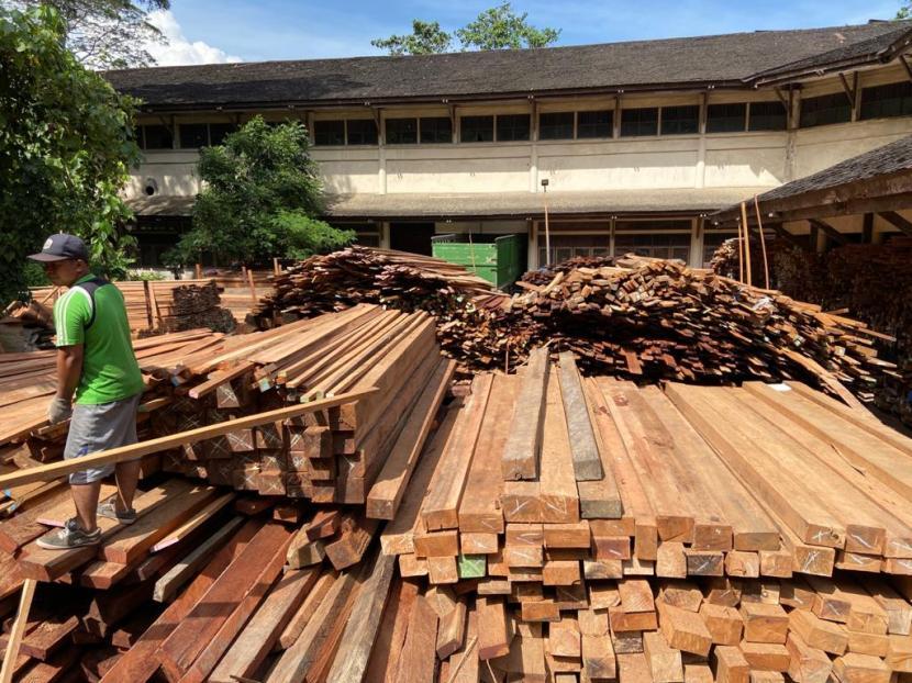Kayu selundupan dari perambahan hutan disita petugas Kementerian Lingkungan Hidup dan Kehutanan (KLHK).