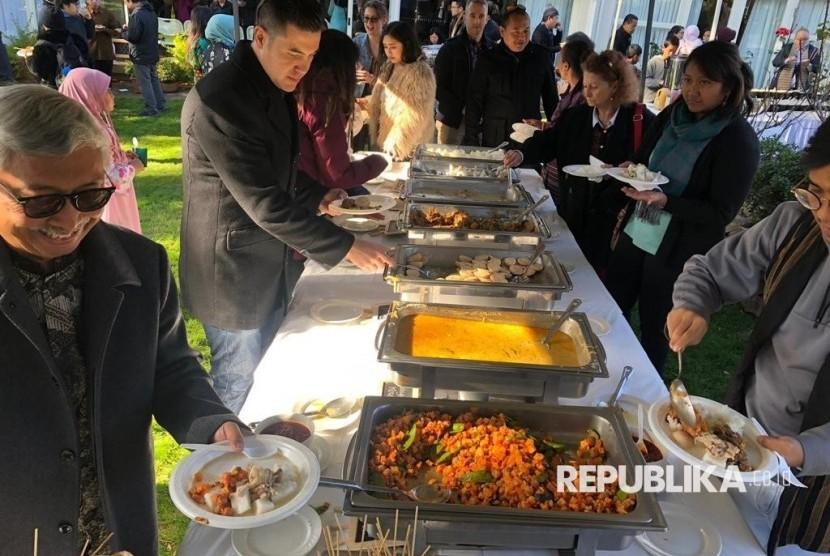 KBRI Canberra bekerja sama dengan AIMF-ACT (Australia Indonesia Muslim Foundation-ACT) menggelar shalat Idul Fitri bersama dengan masyarakat Indonesia di Canberra dan dilanjutkan dengan halal bihalal  bertempat di Balai Kartini, KBRI Canberra.