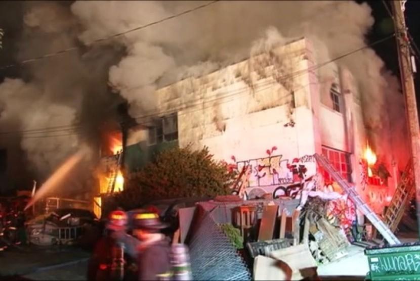 Kebakaran besar yang melanda gedung Oakland Ghost Ship di   kawasan Fruitvale, Oakland timur,, Kalifornia, Amerika Serikat, pada Jumat (2/12) malam.