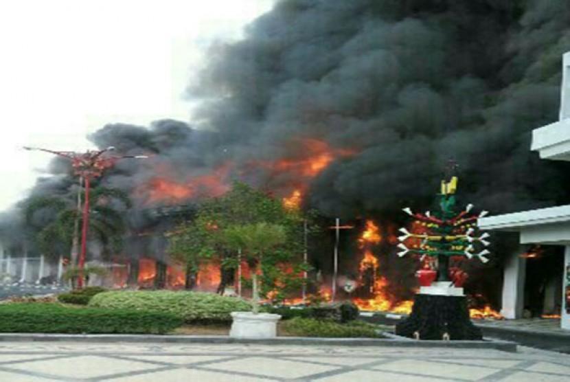 Kebakaran melanda kantor gubernur Kalteng, Ahad (1/11).