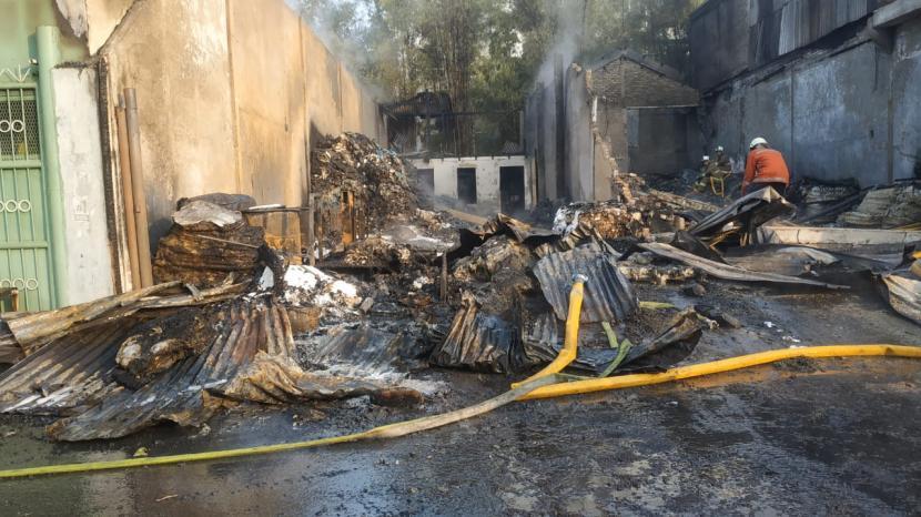 Kebakaran menimpa gudang plastik di Jalan Inspeksi Cakung, Jakarta Timur pada Jumat (7/5) pagi WIB.