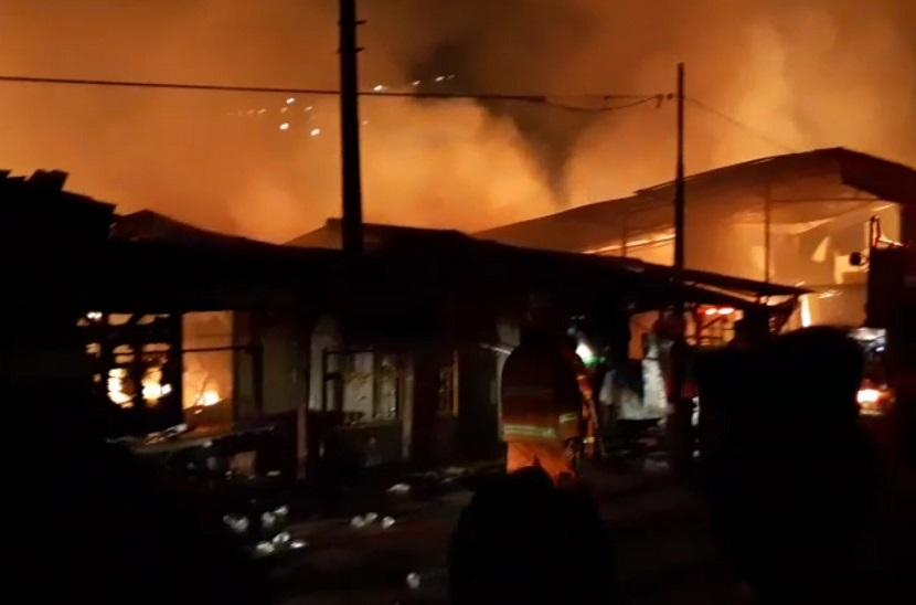 Kebakaran terjadi di Perumahan Guru DKI di Jalan Prof M Yamin, Kelurahan Duren Jaya, Kecamatan Bekasi Timur, Kota Bekasi pada Sabtu (31/7) malam.