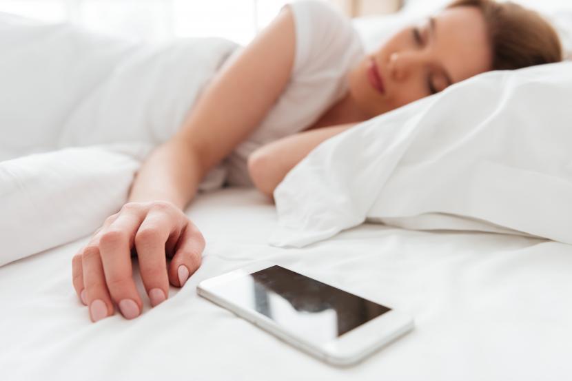 Kebiasaan tidur dengan ponsel pelru dihindari karena bisa memengaruhi kesehatan otak (ilustrasi)